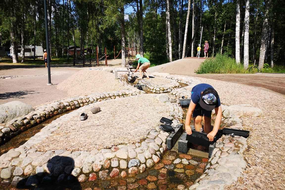 Jokirannan leikkikentällä on mahdollisuus kanava-aiheisiin vesileikkeihin.