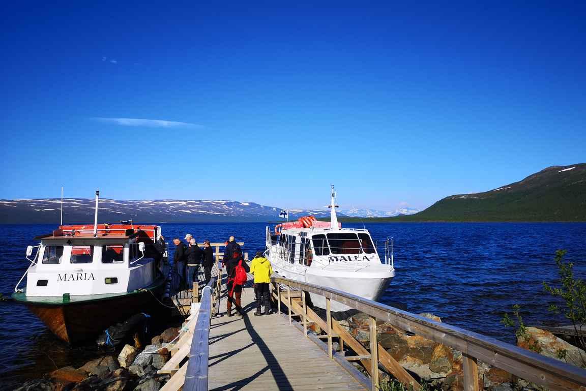 Kilpisjärven satamassa M/S Maria ja M/S Malla valmiina viemään retkeilijät Ruotsin Koltalahteen.