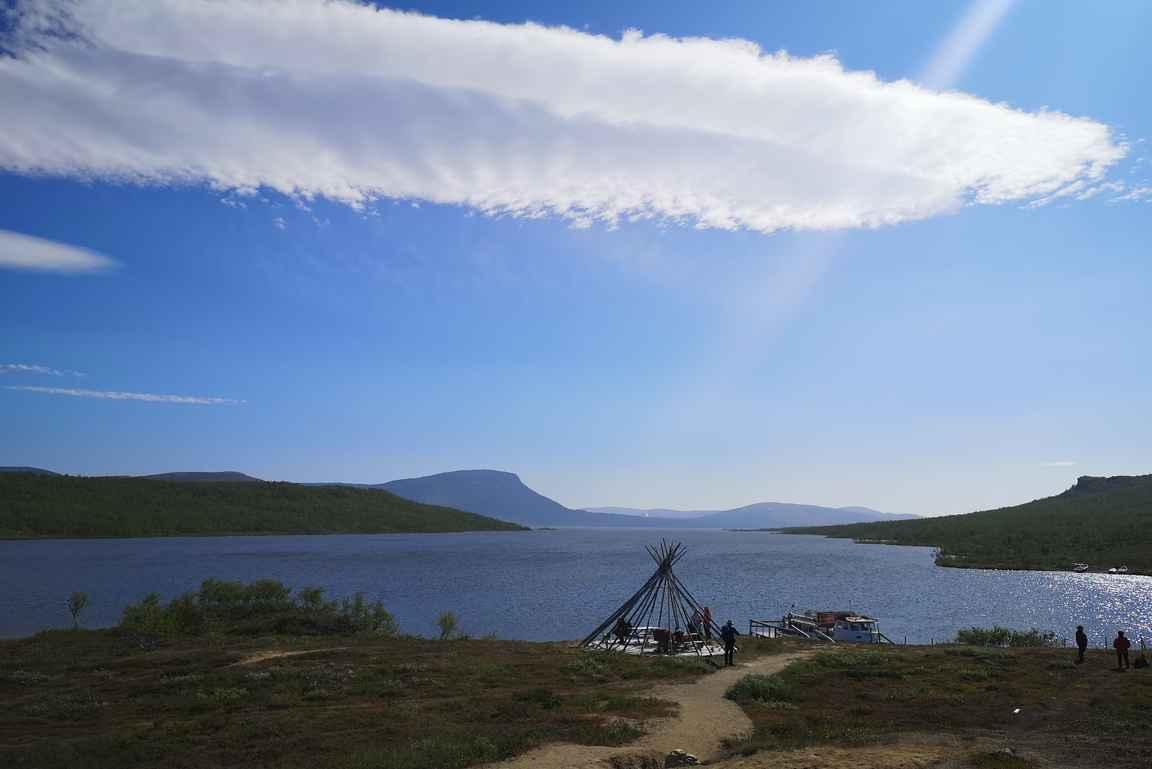 Koltalahden satamassa Kilpisjärven taustalla kohoava Saanatunturi.