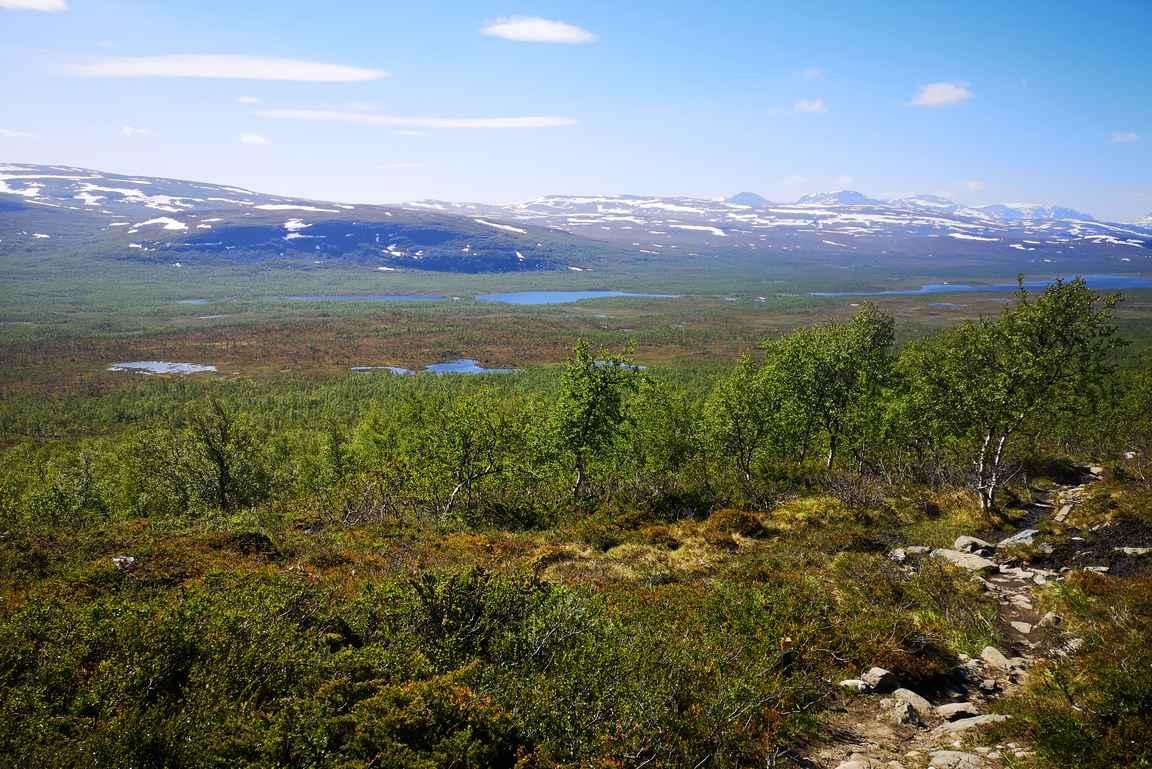 Taaksepäin näkyi pitkälle Ruotsin puolelle saakka, ja kolmen valtakunnan rajapyykkikin erottautui maisemasta.