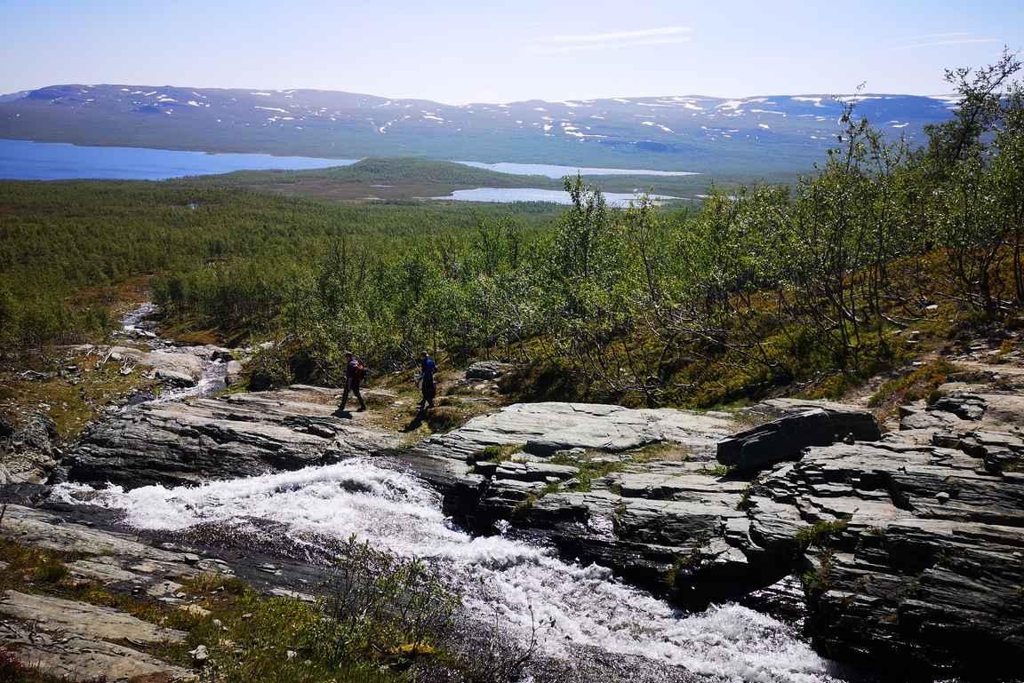 Kitsiputous laskee kaiken kaikkiaan 400 metrin matkan alaspäin ollen Suomen pisin vesiputous.