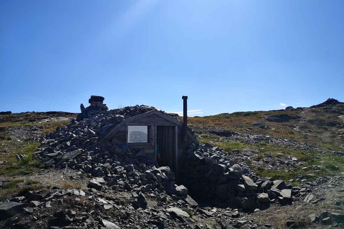 Saksalaisten rakennuttama korsu Malla-tunturin kainalossa.