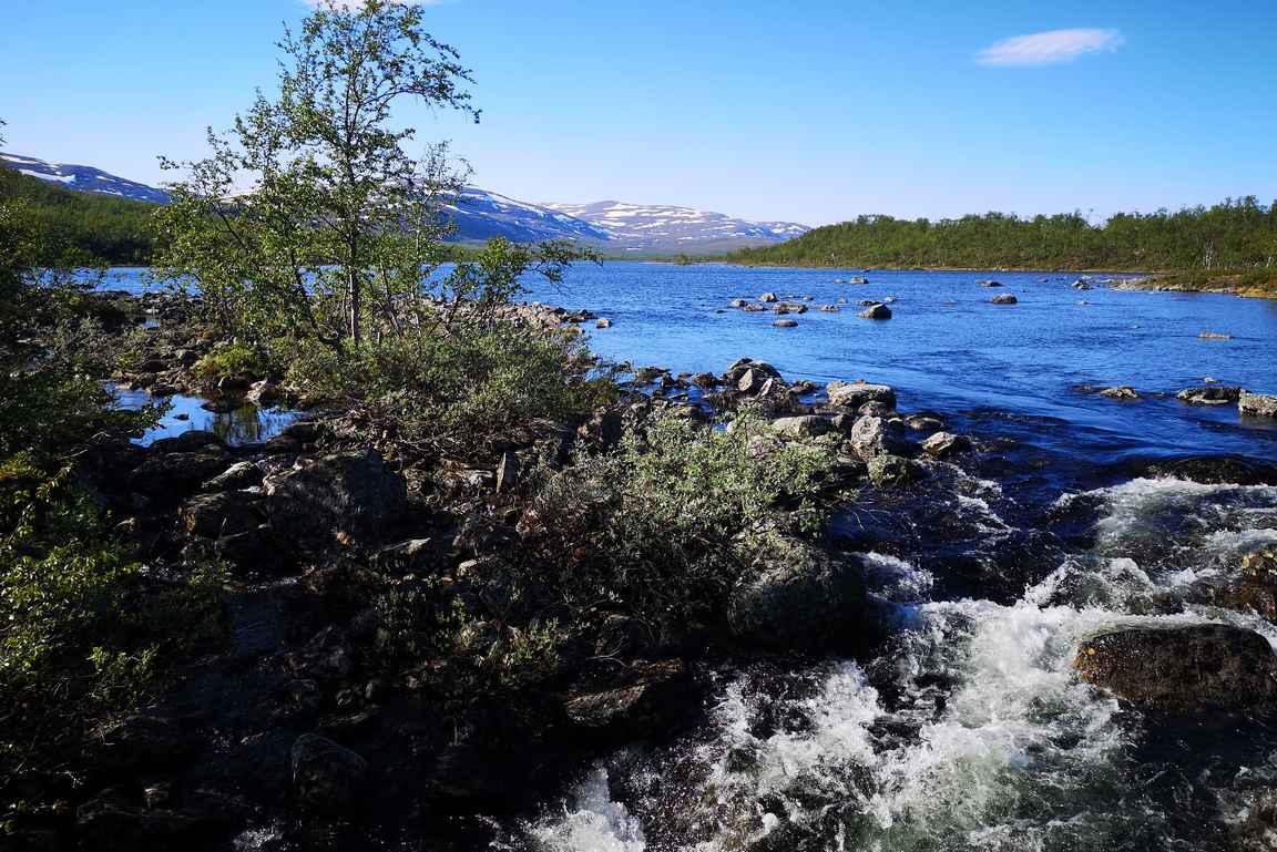 Lopuksi vielä ylitetään koski, joka laskee Norjan puolelta Kilpisjärveen.