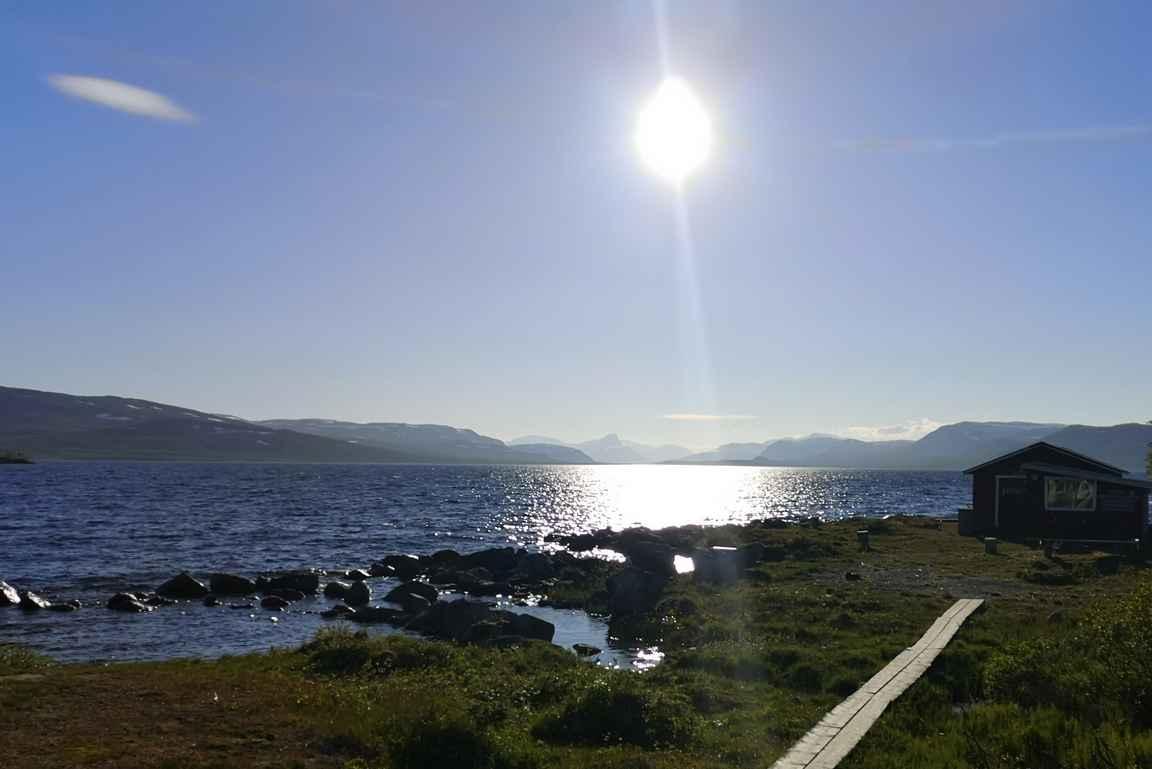 Kahdenkymmenen kilometrin ja seitsemän tunnin patikoinnin jälkeen oli mukava virkistäytyä saunassa Kilpisjärven rannalla.