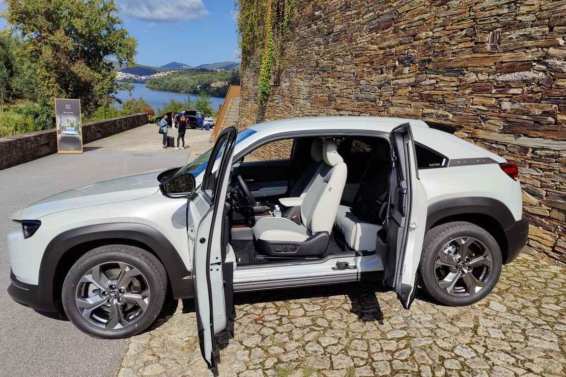 Mazda MX-30 valmiina päivän seikkailuihin.
