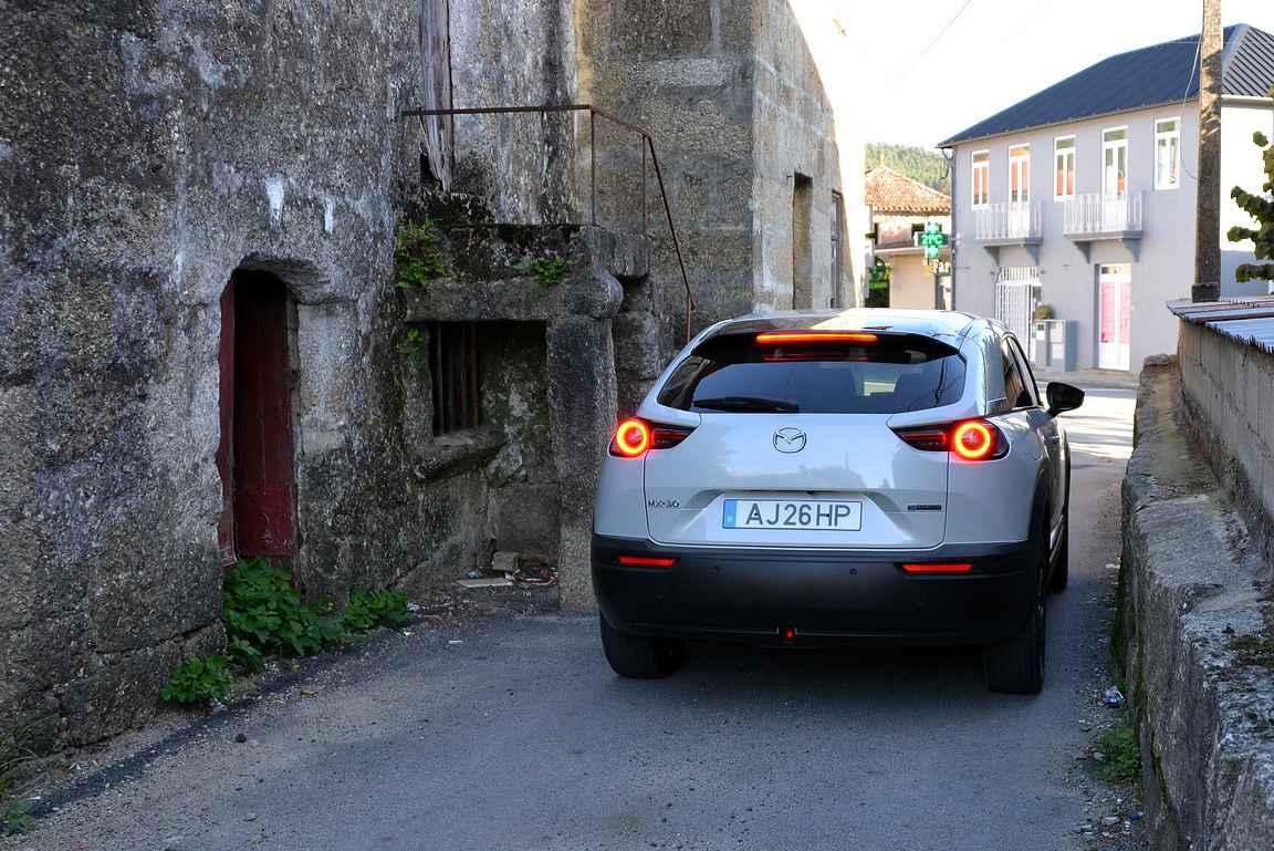 Hieman pienemmillä autoilla pääsee ajamaan kapeampiakin katuja pitkin kyliin tutustuessaan.