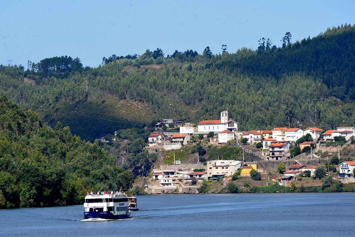 Dourojoen risteilyillä on aikaa nauttia maisemista.
