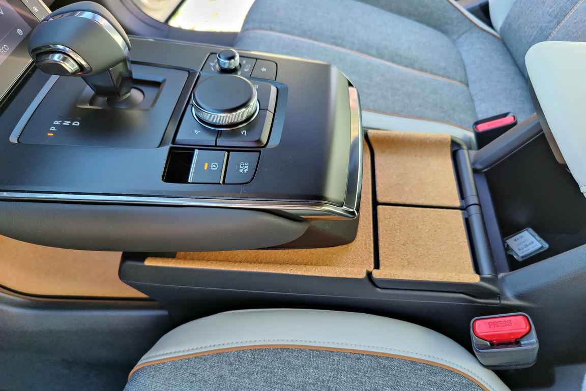 Mazda on ensimmäinen autonvalmistaja, joka on hyödyntänyt kevyttä korkkia auton suunnittelussa.