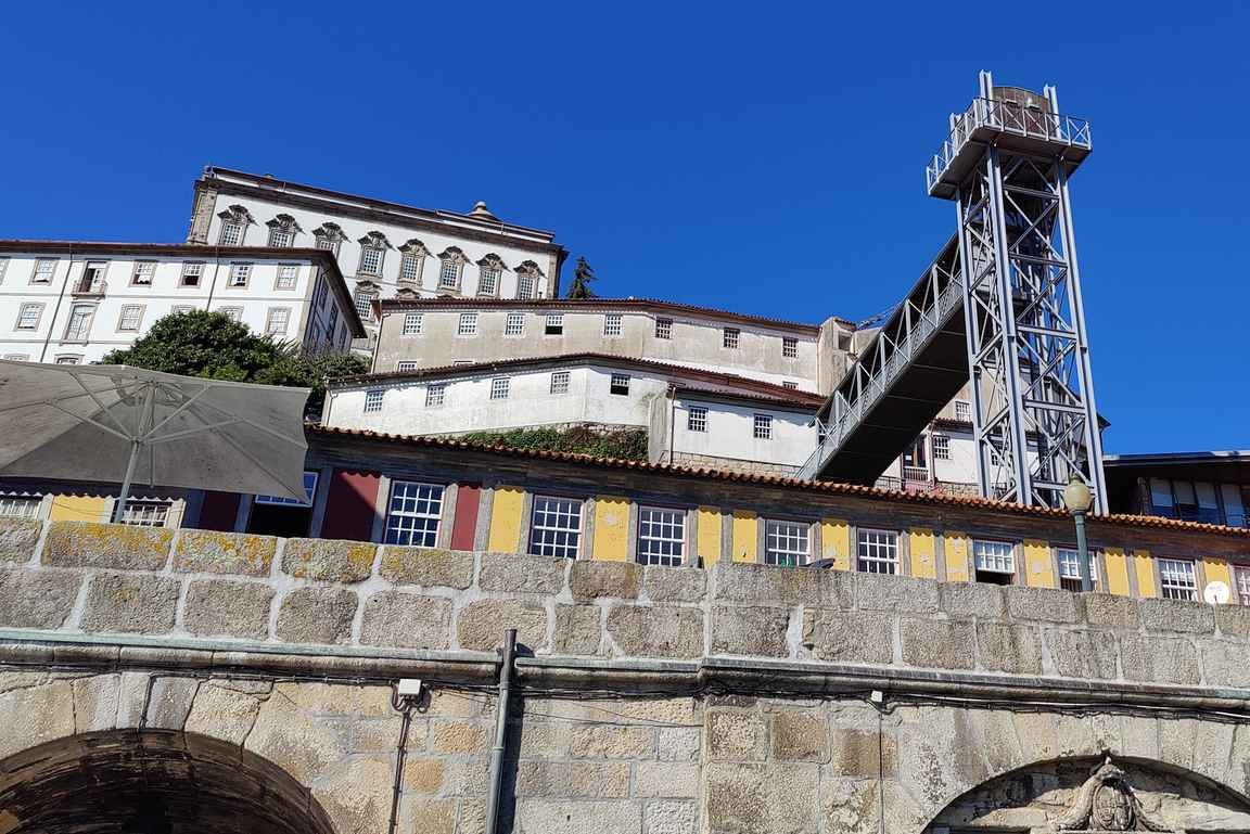 Kuten Lissabonissakin, Portossa on varsin paljon korkeuseroja ja sekä erilaiset hissit että funikulaarit näkyvät katukuvassa.